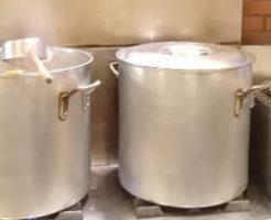ラーメン屋の厨房でスープを煮る鍋