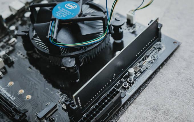 CPUクーラーとメモリーがささったマザーボード