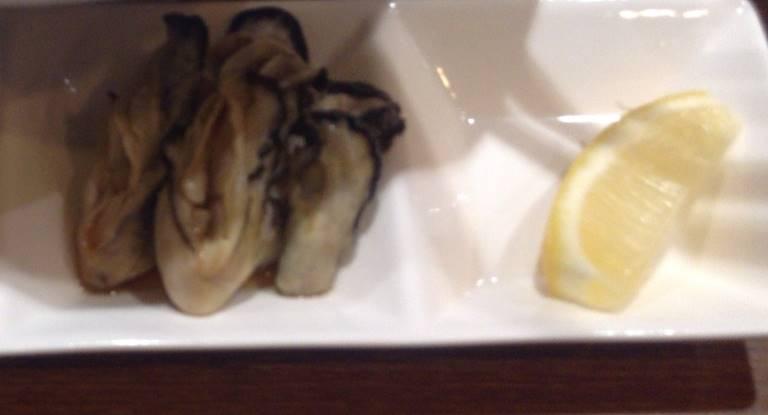 牡蠣のむき身とレモン