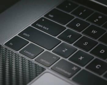 ノートパソコンのキーボード部分の写真
