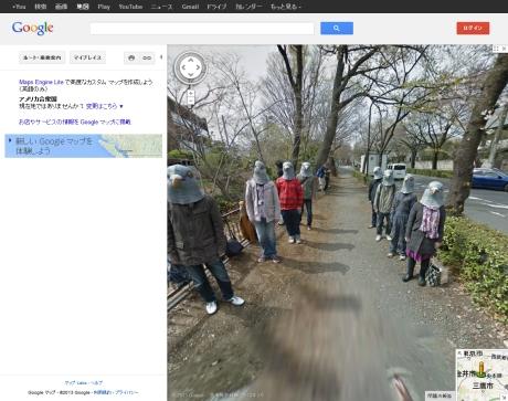 日本の位置を示しているGoogle マップに写っているハトのマスクを被った集団達の格好は男女其々存在している