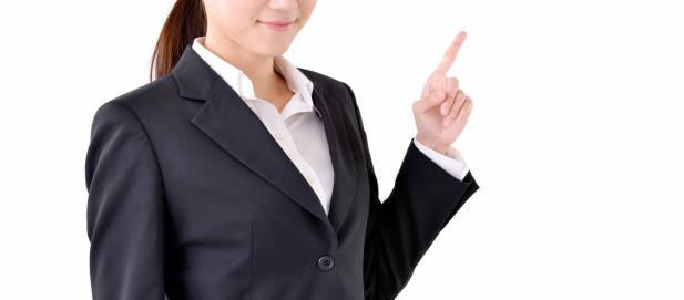 指さすスーツ姿の女性