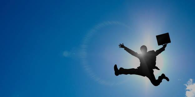 空に羽ばたきそうなスーツ姿の男性