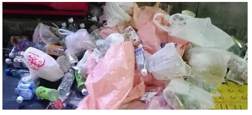 隅田川花火大会終了後の浅草駅周辺に大量のゴミが捨てられる