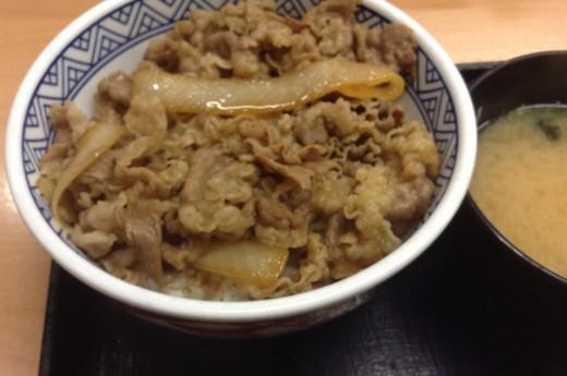 吉野家の牛丼並盛と味噌汁の写真