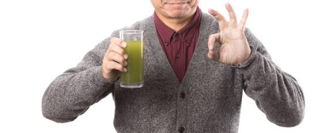 青汁を勧める男性