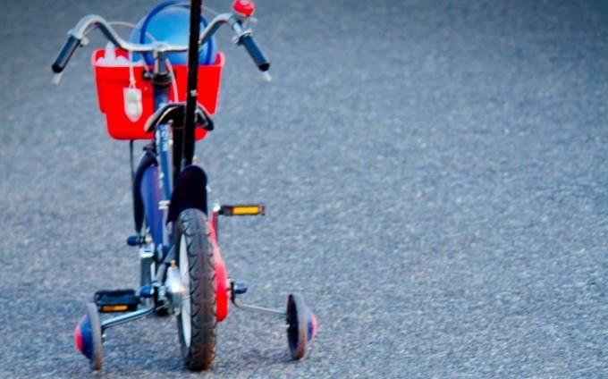 補助輪が付いた子供用自転車