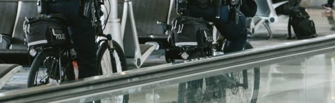 警察と自転車