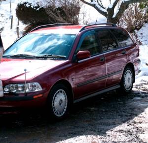 雪景色の赤い車