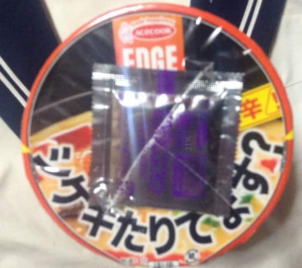 シゲキたりてます?エースコック タテロング EDGE 鬼辛とんこつラーメンの上のパッケージ写真
