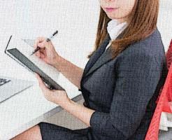 スーツ姿の女性が椅子に座っている図