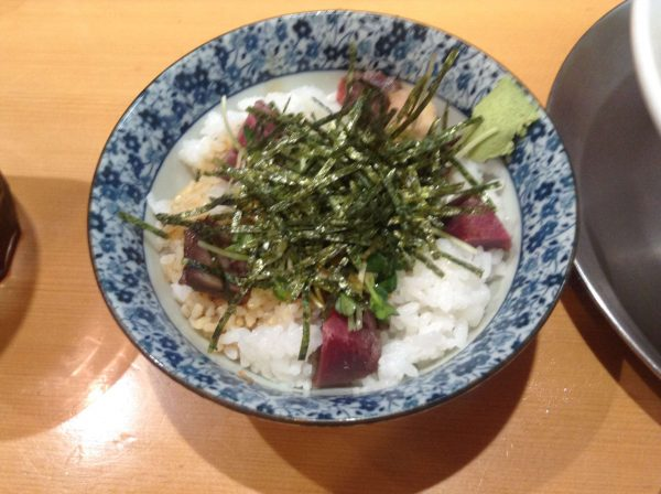 竹末東京プレミアムの肉玉丼にカイワレみたいな野菜