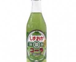 緑のコーラ(コカ・コーラ ライフ)はパッケージだけ緑ですが、静岡発のコーラは中身も緑w
