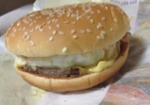 北海道チーズ月見バーガーの横から撮影した写真