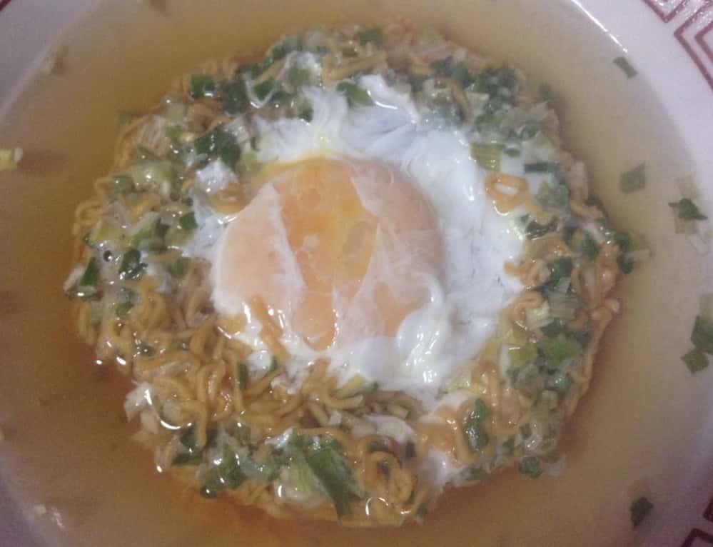 日清チキンラーメン+玉子+ニンニクと葱の薬味