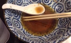 ラーメン屋『らーめんなが田 その二 』で特製ラーメン スープに七味突っ込んで飲んでいった図