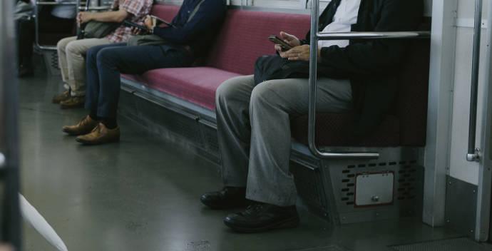 電車に乗る人の光景