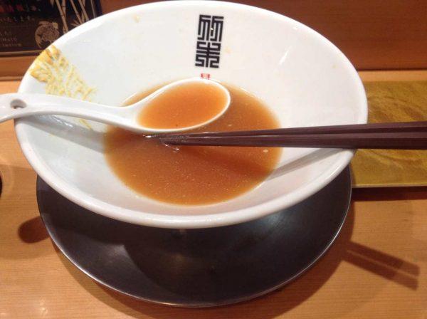 竹末東京プレミアム期間限定の冷やし中華 900円 完食した図 スープだけは飲み切らない