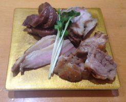 軍鶏(シャモ)という鶏肉有りのチャーシュー盛り合わせ