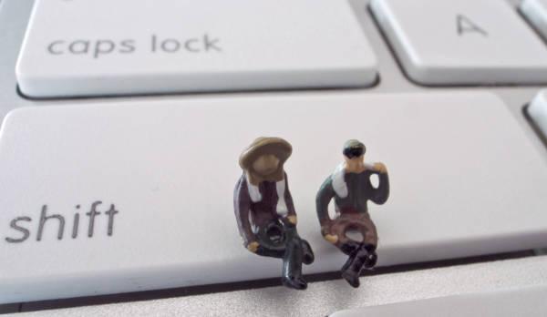 シフトキーで休憩している人形2つ