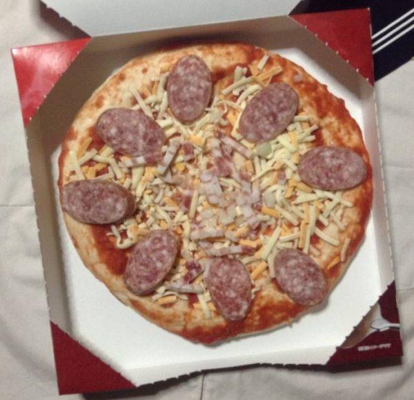 中身の写真 ソーセージと熟成ベーコンが決め手 ミートミックスピザ
