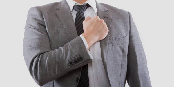 グレーのスーツを着た男性