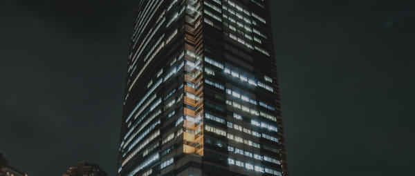夜見る高い階層のビル