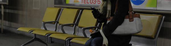 黄色い椅子に座る女性
