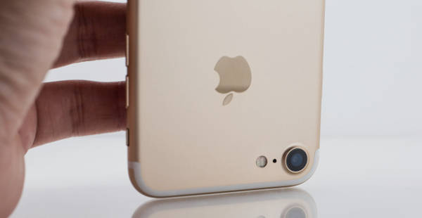 逆さまにしたスマートフォン(iPhone)