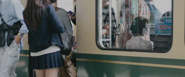 電車に乗り降りする光景