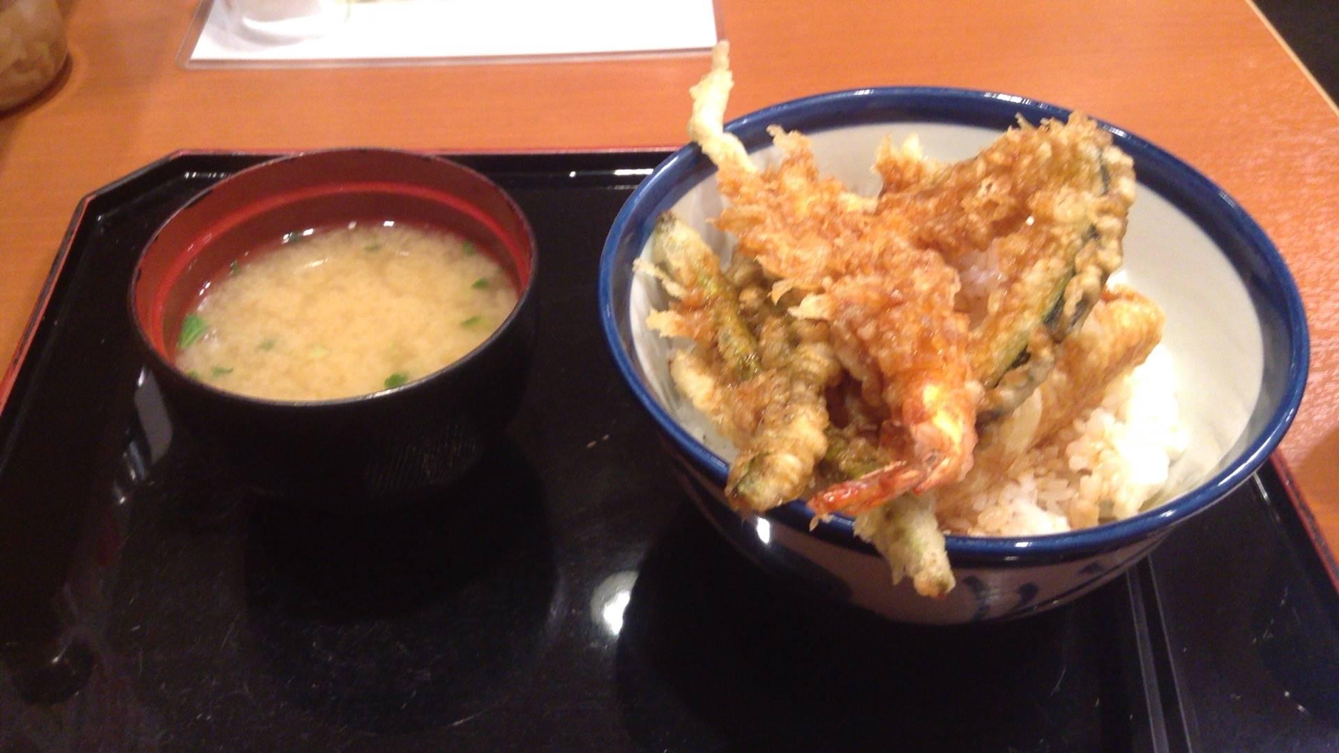 てんやの天丼500円とそれについてくる味噌汁の写真