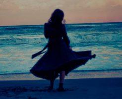 浜辺に立つ女性の後ろ姿