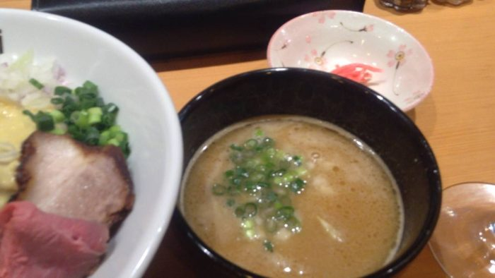 竹末東京プレミアムの限定麺「鶏と豚のダブルスープつけそば」のスープの丼