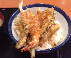 天丼の写真:てんやの天丼500円とそれについてくる味噌汁の写真