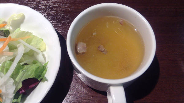 ランチタイムのスープとサラダ