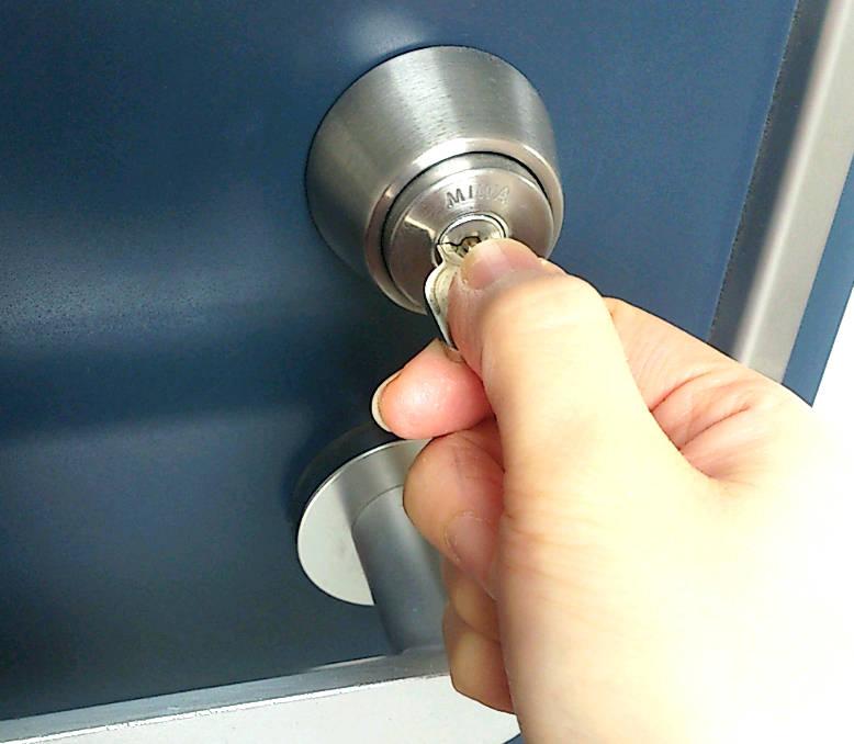鍵穴に鍵を挿す