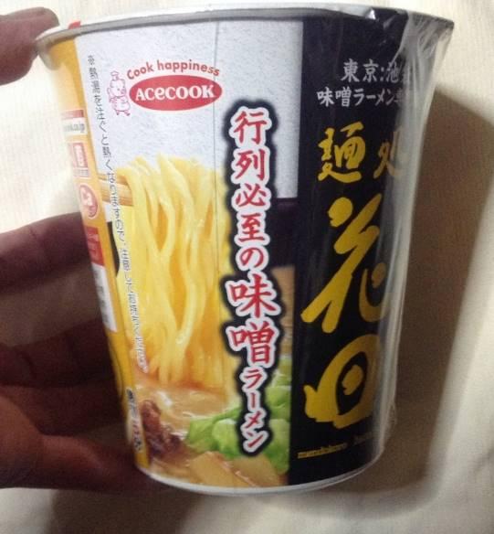 側面のラベル 麺処 花田と書かれているエースコックのカップラーメン