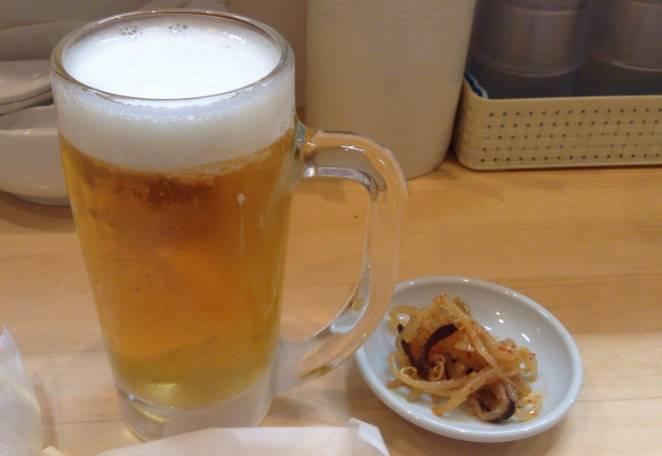 『ラーメンそれなり』の生ビールとつまみ 450円