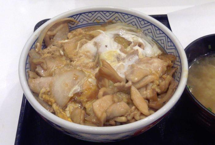 吉野家の鶏とじ丼(並盛390円)