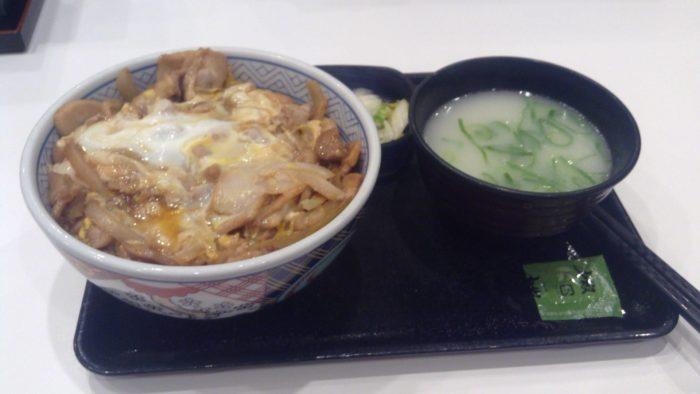吉野家の鶏とじ丼の鶏白湯スープのセット