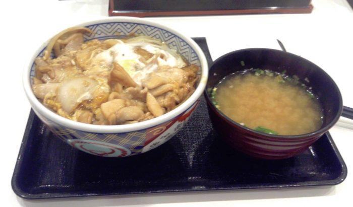 吉野家の鶏とじ丼並盛390円と味噌汁60円