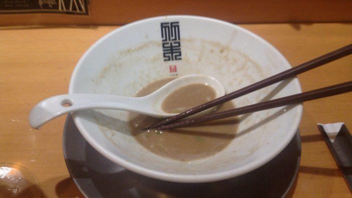 竹末東京プレアミアムの限定麺 イカ煮干しバブル麺食べ終えた図の丼