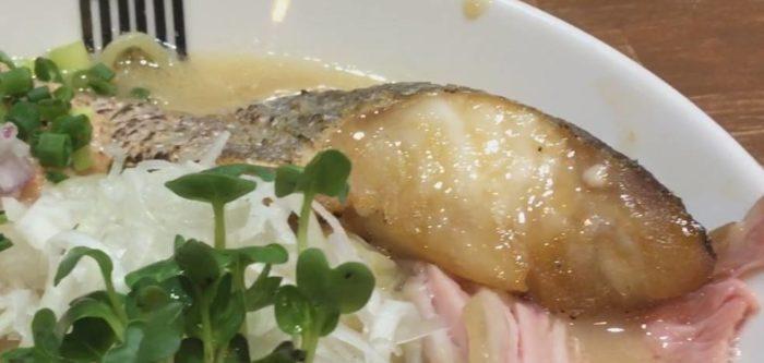 限定麺 海老の白湯スープなラーメンの具である真鱈