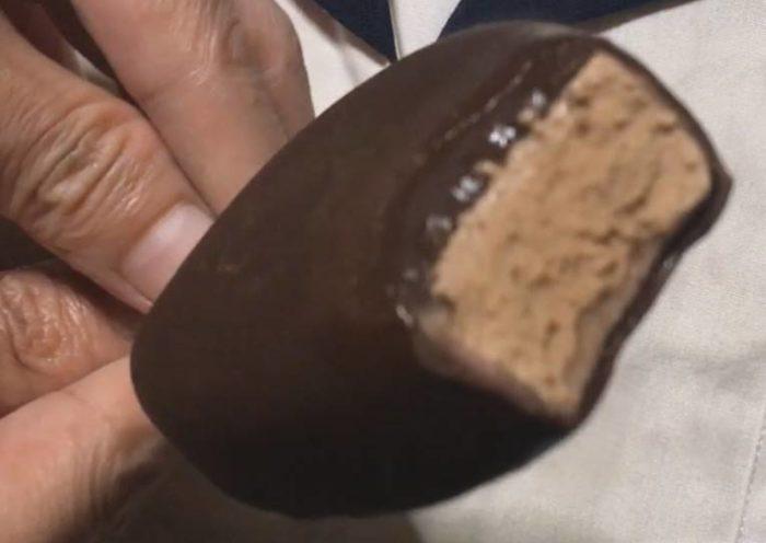 一口食べた図 GOLD LINE フランボワーズ カカオ香る濃厚チョコレート