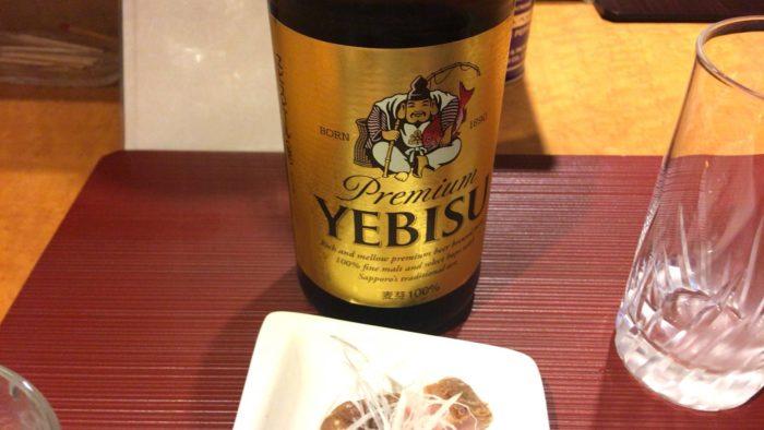 「麺 みつヰ」の瓶ビール500円は、エビス。