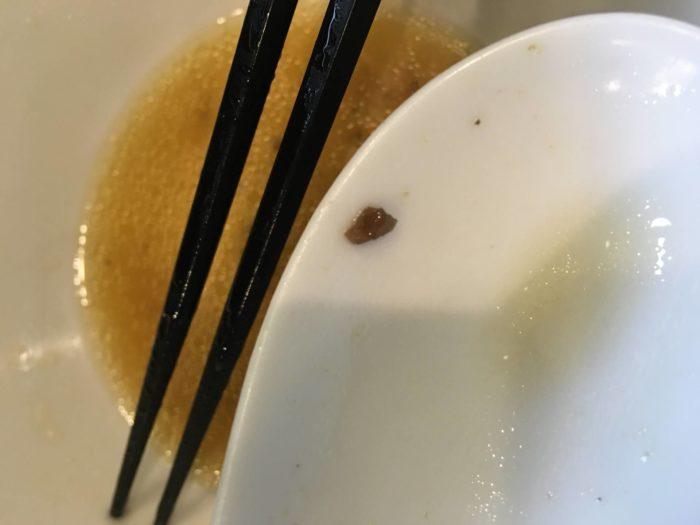 中川會住吉店 醤油そば850円の黒い粒