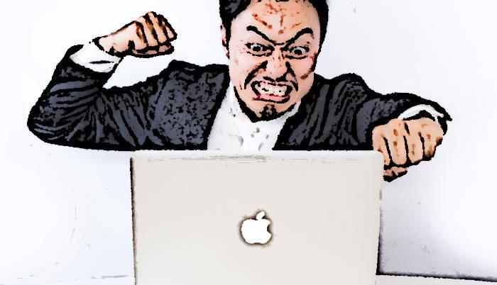 パソコンを見て怒っている男性