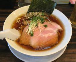 醤油麺らーめん700円(中太麺) 稲荷屋