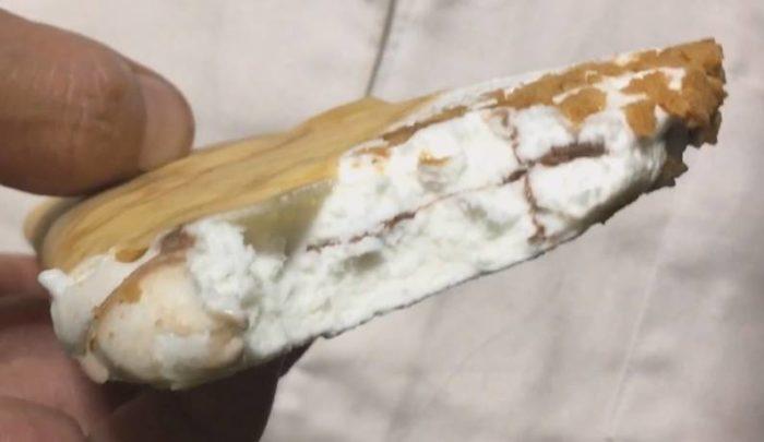 一口食べた図 ザ・クレープ<チョコ&バニラ> 森永製菓