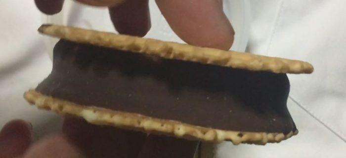 側面の写真 ワッフルサンドアイス(アイスミルク)